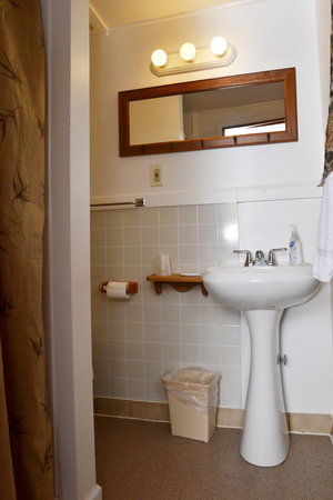 Lucky+Horseshoe+Room+#27+-+Interior+Bathroom.jpeg