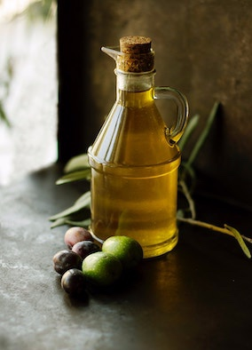 (     Roberta Sorge     )     Grape seed oil:   moisturizing, healing, anti-inflammatory, and noncomedogenic.    ewg = 1