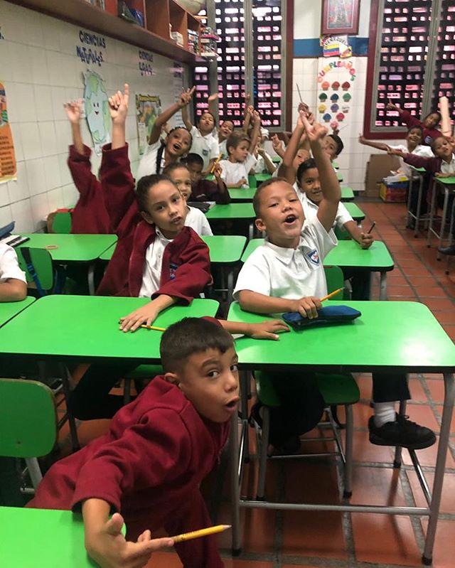 Hoy tuvimos #ViernesDeInglés en el @jenaroaguirre en Petare, todos nuestros maestros le hicieron un examen de nivelación a los niños desde primero hasta sexto grado de primaria para evaluar cuáles han sido los avances y en qué debemos mejorar.  El programa de los #ViernesDeInglés ha funcionado desde hace 6 años.  Si te interesa participar como voluntario y/o beneficiario no dudes en contactarnos.  Todos los jueves y viernes durante el año escolar debemos de costear el transporte de nuestros voluntarios. Así como también algunos de los materiales que usan los maestros y niños. Tu aporte siempre será muy bien recibido.  Seguimos sin parar 🙌🏼🇻🇪💛💙❤️