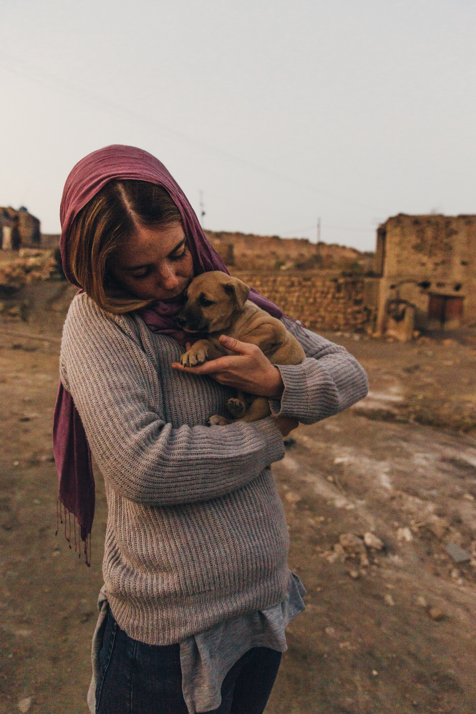 Freya & a new friend she found while on assignment in Lahore, Pakistan (yes, we'd want to steal them too)