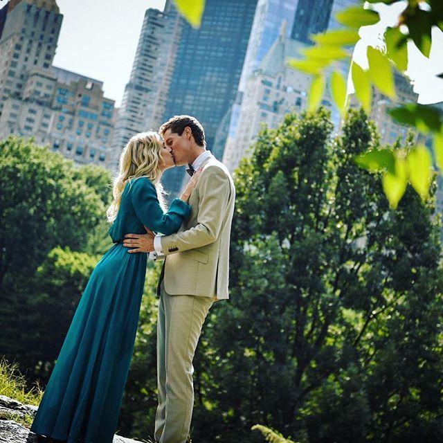 Celebrating love in Central Park, NY. #wedding #bride #centralpark #love #kiss #weddingphotography  #sjomannskirken #sjomannskirkeninewyork #newyork #manhattan #groom #bryllup #bryllupiutlandet #nikon #nikond750