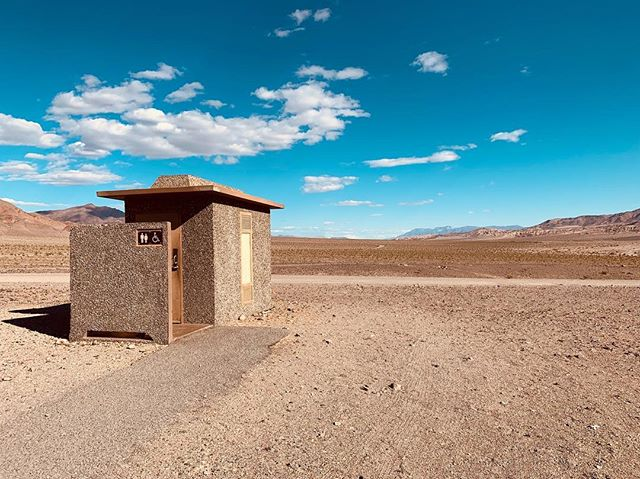 Es steht ein Klo im Nirgendwo . . . . . #deathvalley #lasvegas #california #nationalpark #desert #toilet #clouds #sand #roadtrip #hot #sun #sonne #heiß #wüste #klo #einsam  #einsamkeit #loneley #distant #weitweg #usa #america