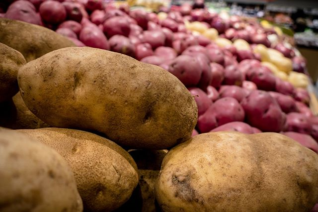 Despite being the humblest vegetable out there, the potato has a lot to brag about! Here are some fun facts to celebrate #NationalPotatoDay. 🥔  1️⃣ In North America, people eat more potatoes than any other vegetable 2️⃣ Potatoes are environmentally friendly, as they don't require massive amounts of water or fertilizer to grow 3️⃣ A potato has more potassium than a banana, more Vitamin C than an orange, more fibre than an apple