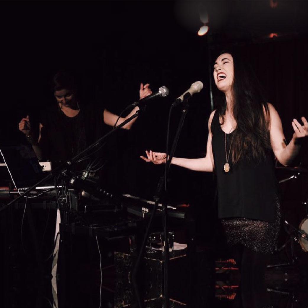 Avril / April  Quelques spectacles au Québec avec   Marjorie Fiset   .  Photo : Julien Catella