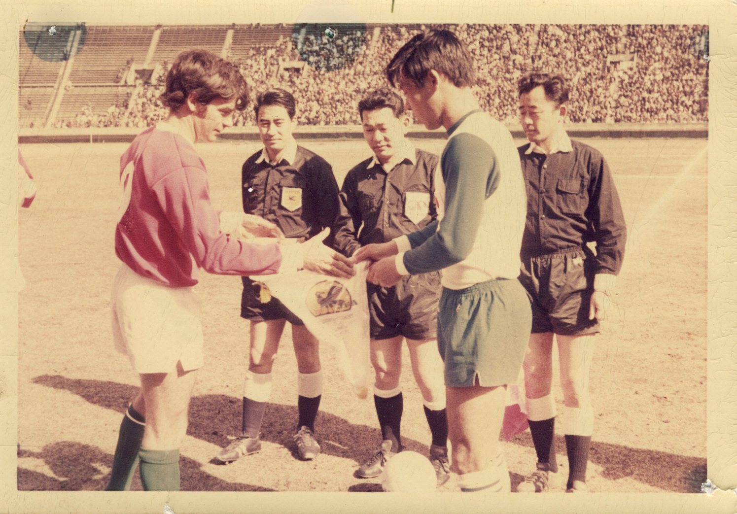 Johnny Warren exchanges pennants v Japan 1971.jpg