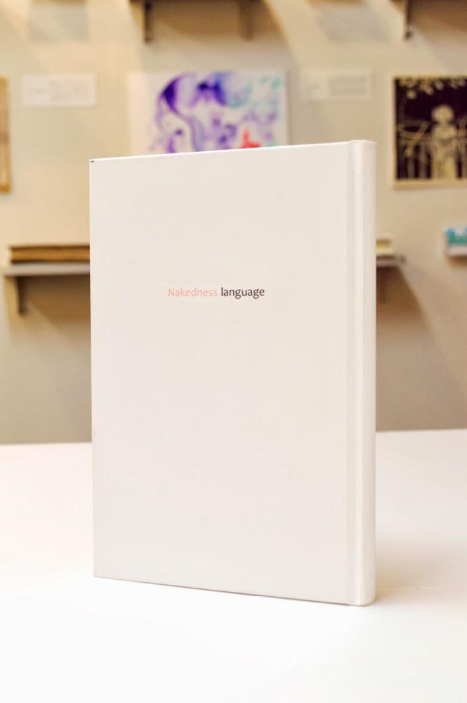 1つの形容詞に対するイメージを、 束見本(中身が真っ白な本)1冊まるごとに描いていくという企画展です。 僕は形容詞のテーマが『エロい』でした。 そのキーワードから連想するイメージとして、『裸(はだか)』を選びました。 そして「裸」に関係のある言葉を20語選び、 その言葉のもつイメージをイラストレーションにしました。 「裸」の本ということで、ブックカバーも帯もない裸本という形での展示です。  難しいテーマでしたが、いろいろなイラストレーションを描く、 よい機会になったと思っています。  /////////////////////////////////////////////  寺子屋マルプ 「形容詞を描く 1」  【開催期間】 2013年09月03日(火)~ 2013年09月08日(日) 12:00~19:00 (最終日17:00まで)  【開催場所】 Gallery DAZZLE ギャラリーダズル Gallery DAZZLE 「形容詞を描く 1」展