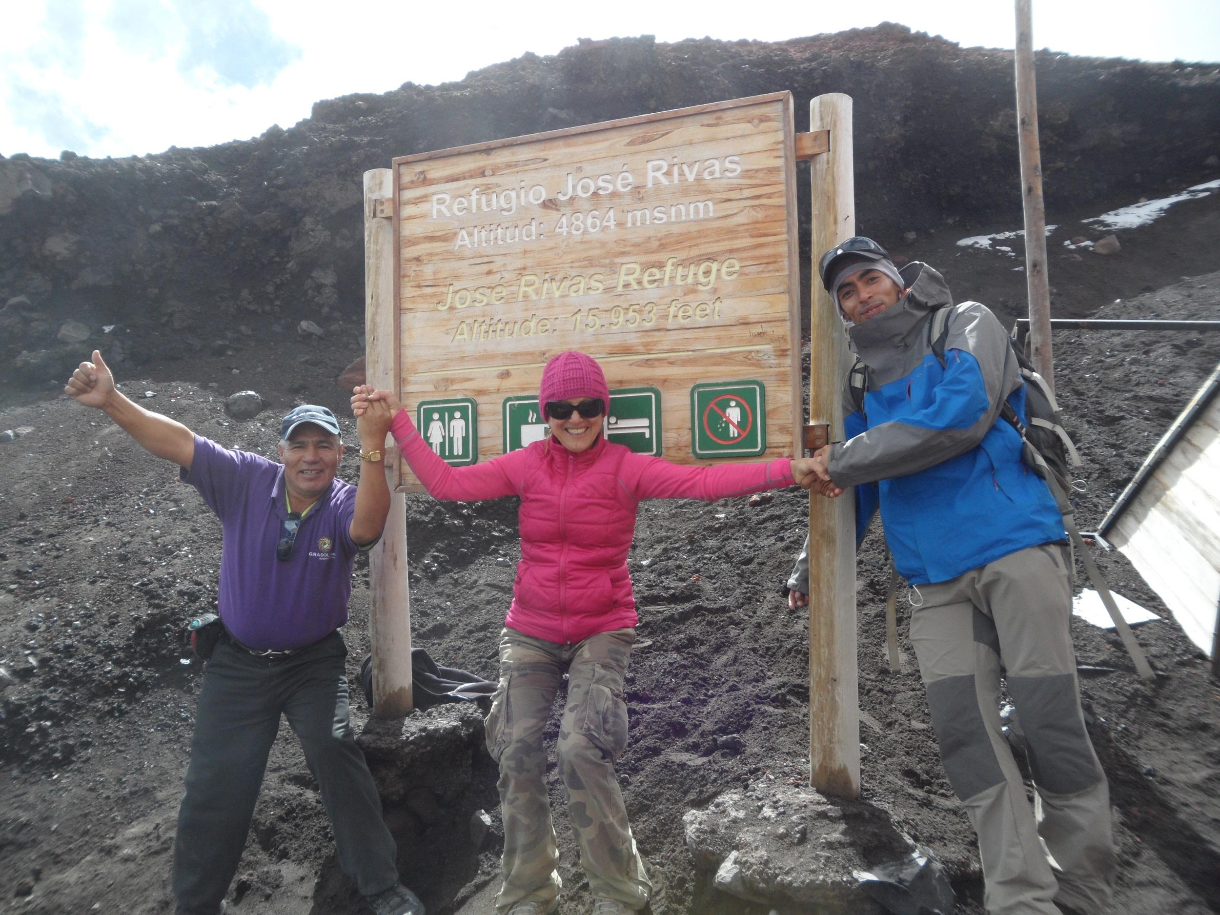 Avec mon guide et mon chauffeur, et toucher les neiges du Cotopaxi ! Un reve !!! 5100m !