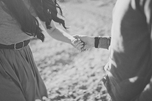black-and-white-couple-holding-hands-kiss-Favim.com-1822934.jpg