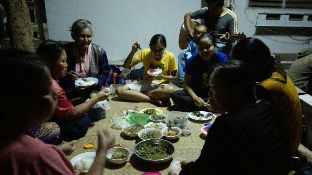 Soluillallinen paikallisen perheen luona