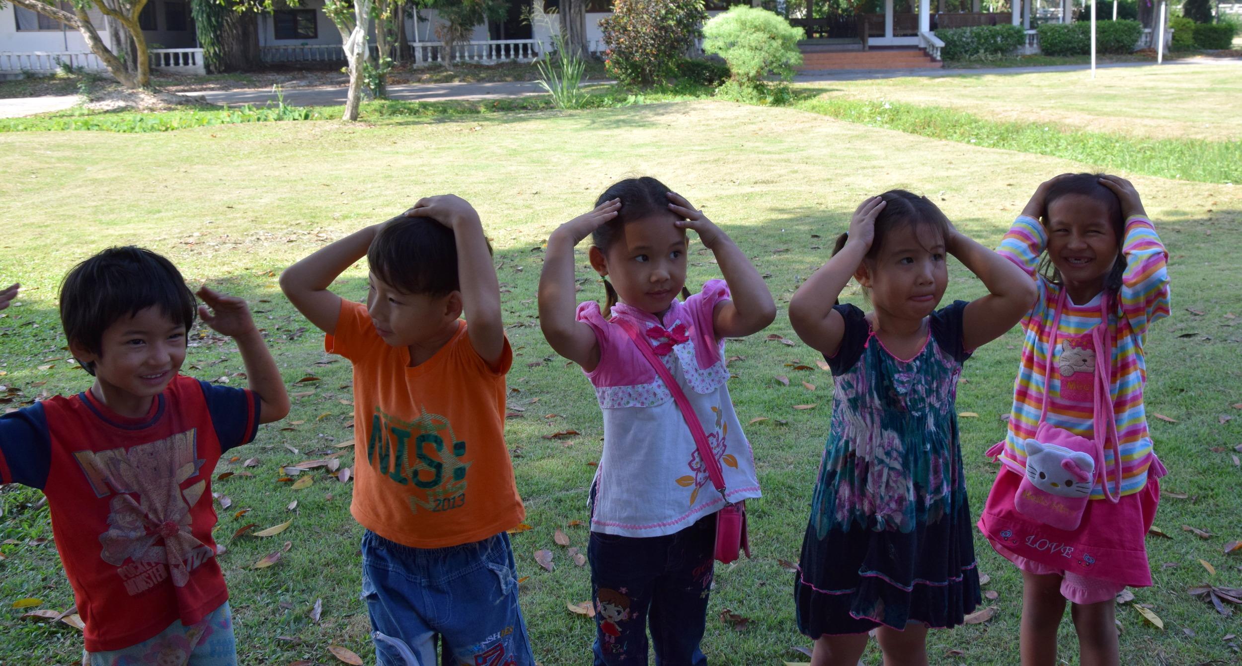Lapset lähdettiin hakemaan klo. 8 aikoihin eri kylistä ja 9 saimme aloittaa ohjelman. Kids club sisälsi leikkejä, englannin kielen opetusta, musiikkia ja ruokailu.