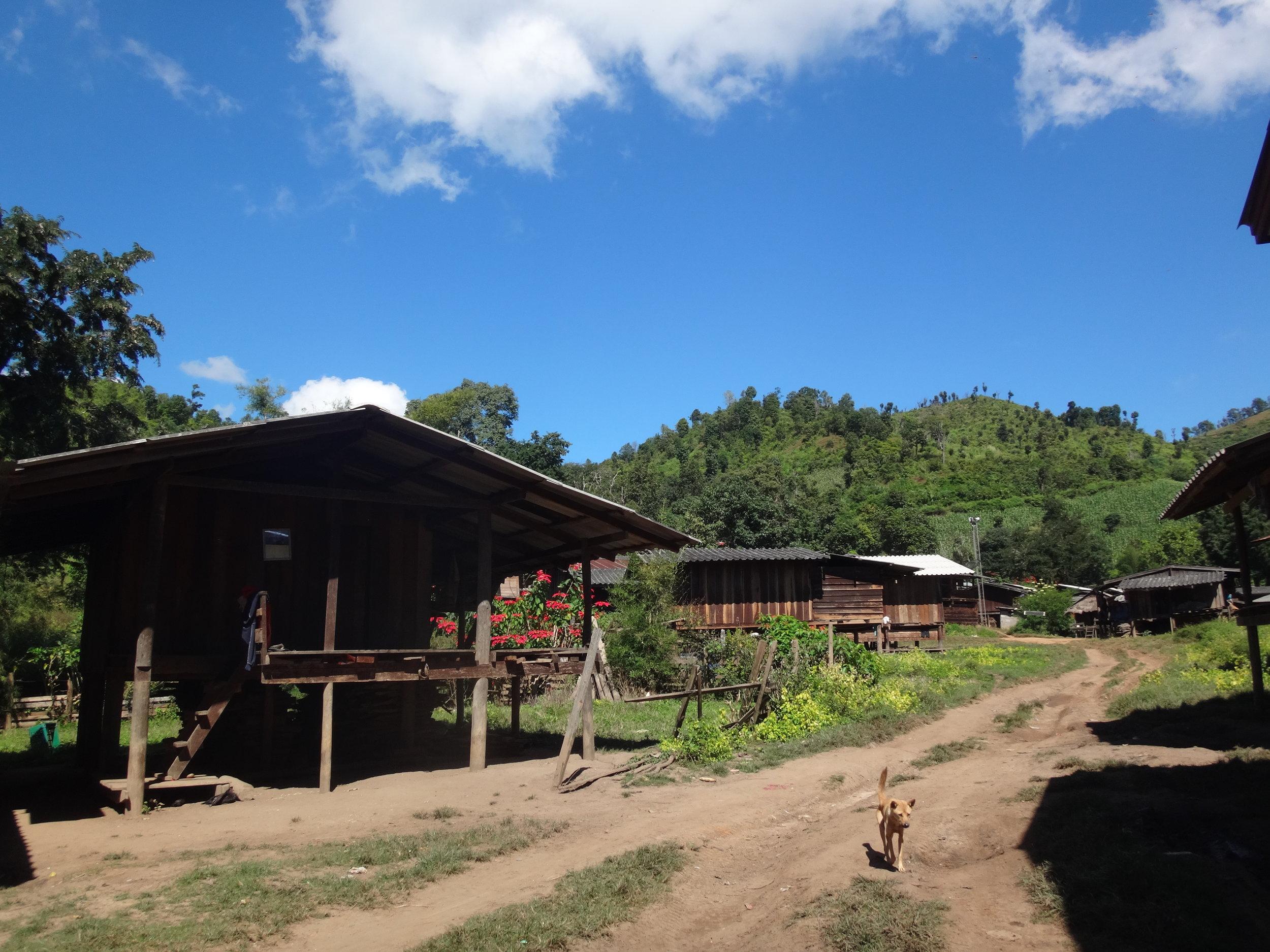 Kylä, jossa kukaan ei ollut tavannut ulkomaalaisia ihmisiä. Kuvassa paikallisten koteja.