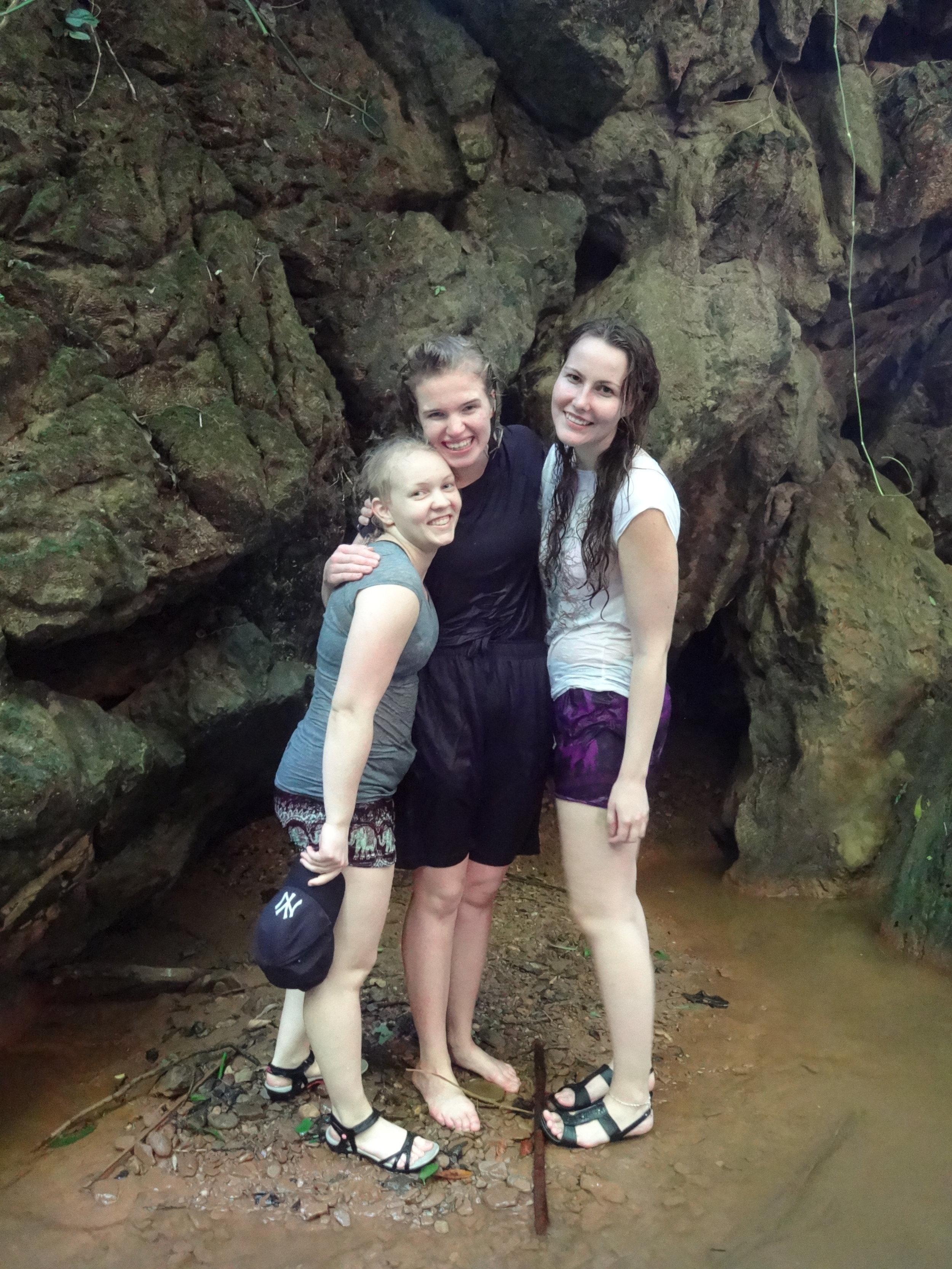 Ina, Veera ja Marika onnellisina luolaston läpi kulkemisen ja vesiputouksien jälkeen.