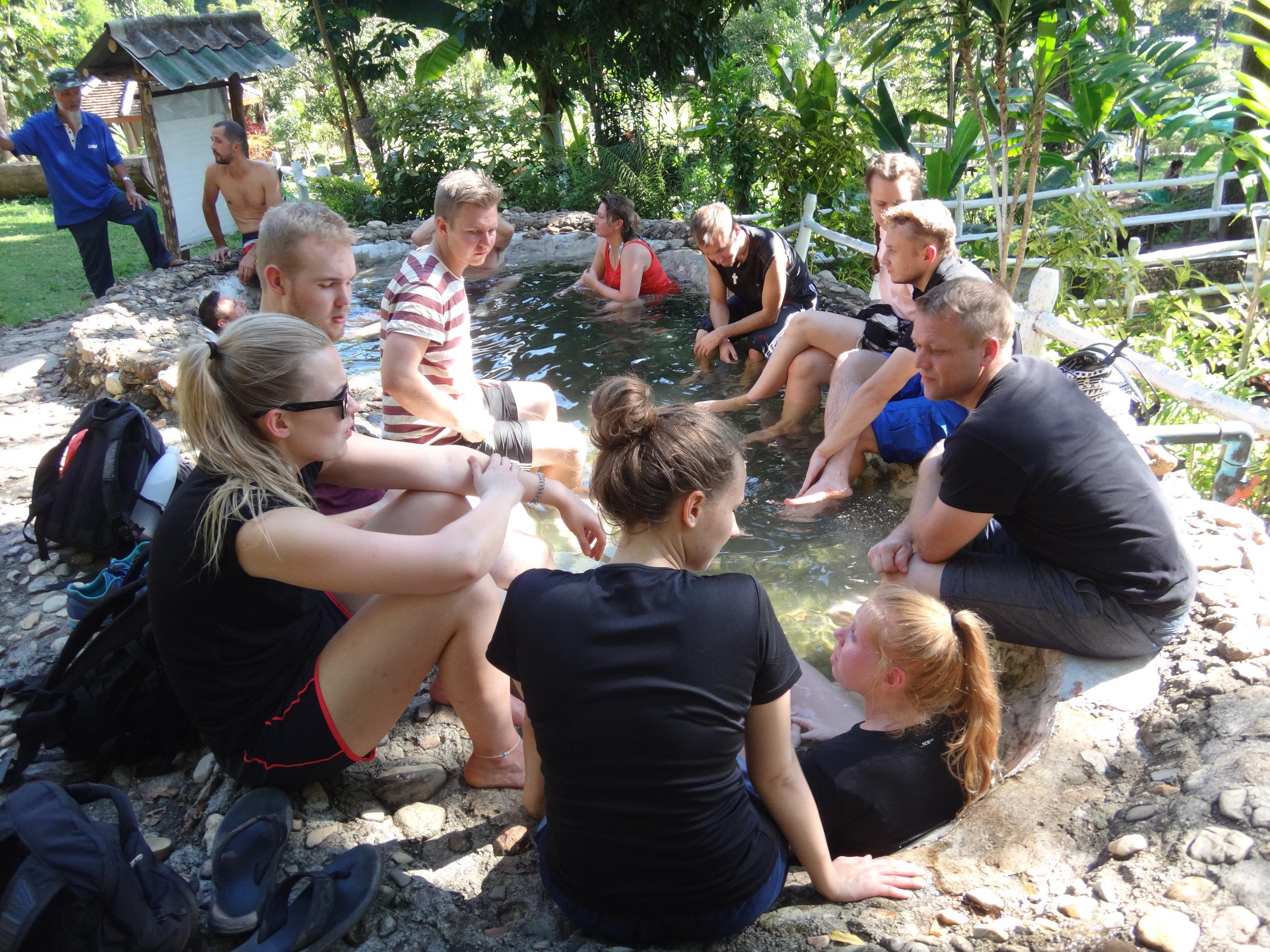 Ryhmämme nautiskelemassa kuumilla lähteillä.