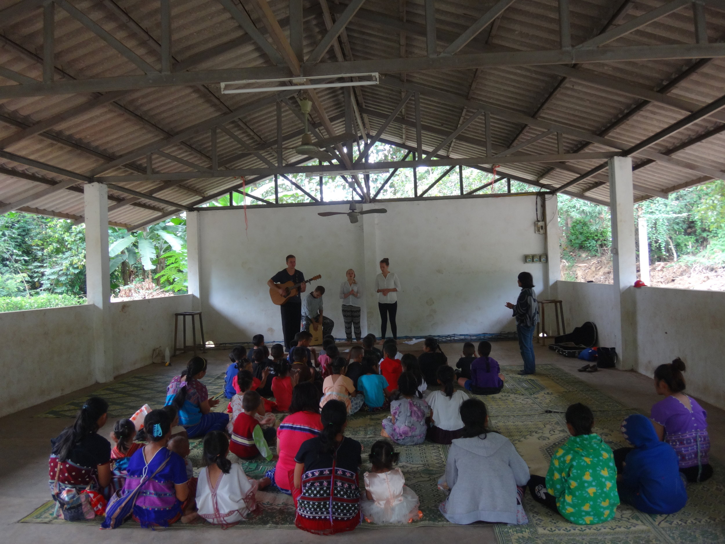 Lasten pyhäkoulussa lapset kuuntelivat ja lauloivat Jannen, Joonan, Inan ja Saara Vesalan laulua. Kuvassa Jua tulkkaamassa oikealla.
