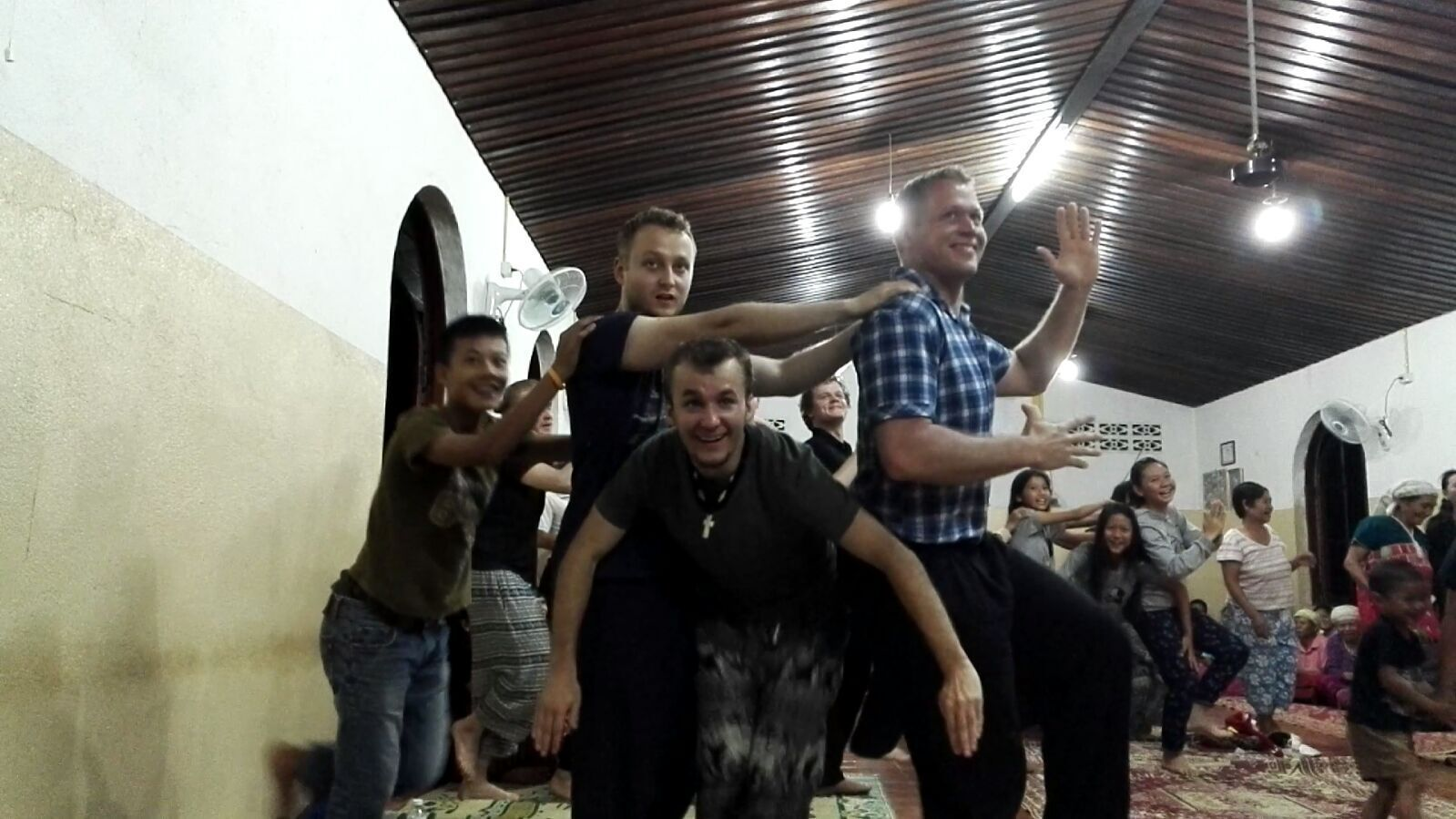 Miika, Joona ja Tommi taiteilemassa Tetriksessä.