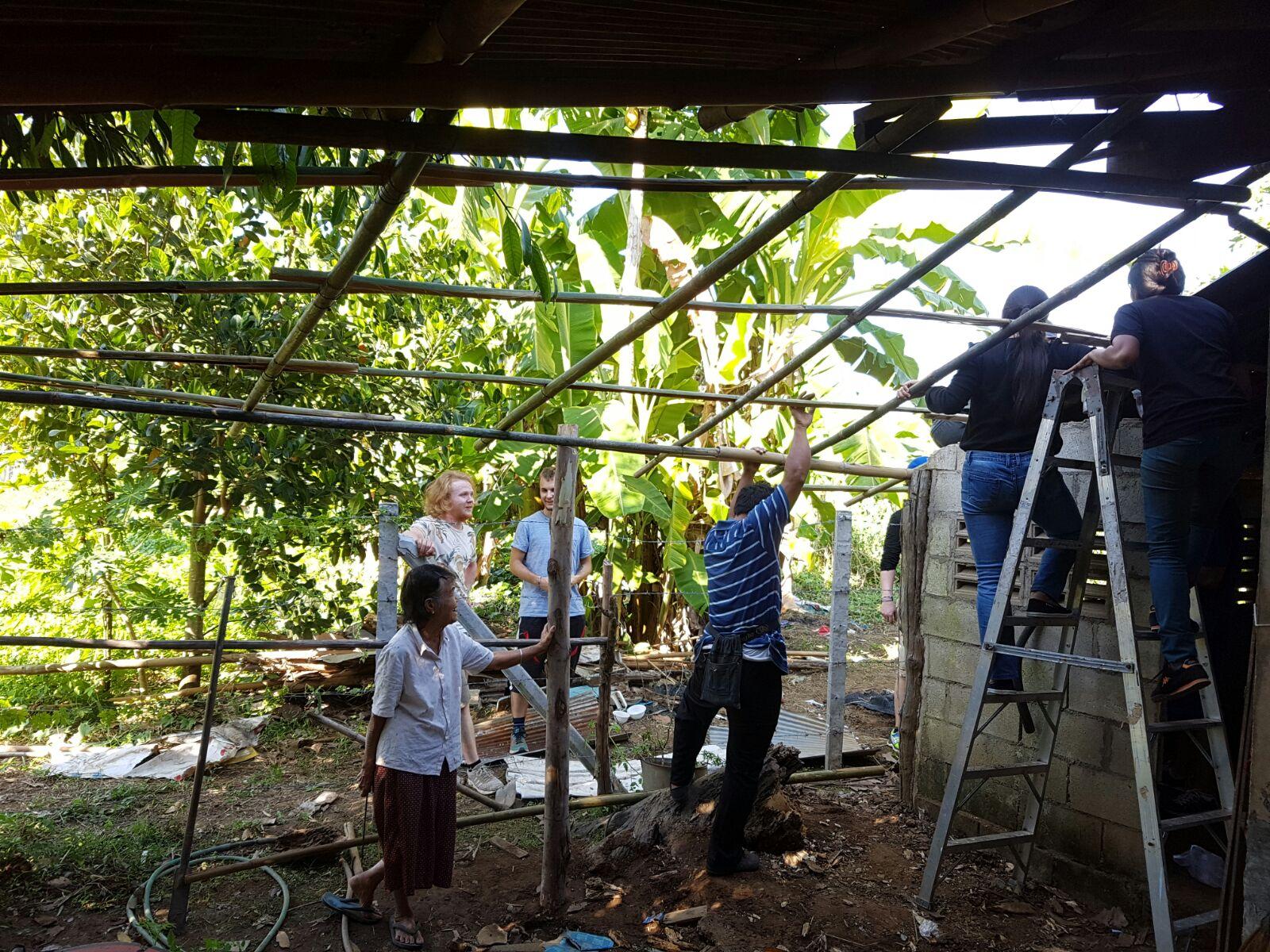 Osa porukastamme pääsi käytännön hommiin kunnostamaan erään vanhemman rouvan taloa.