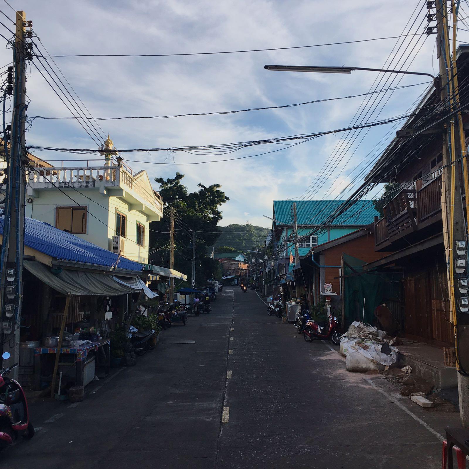 """Teimme Chiang Maissa vastaavanlaisen kierroksen kuin Bangkokissa, jonka aikana Erik esitteli meille """"nähtävyyksiä"""" ja kertoi paikallisen työn juurista."""
