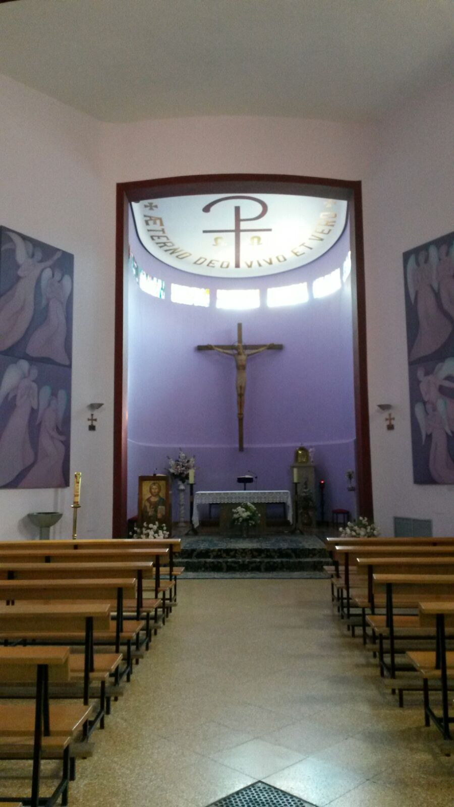 Katolisen kirkon sisätilat näyttävät hieman erilaisilta kuin meidän helluntaiseurakuntamme.