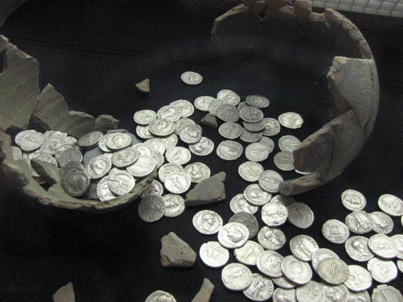 Roman coin hoard by Helen Hall via Wiki Commons.
