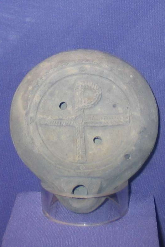 Example of a staurogram on an oil lamp from Caesarea Maritima ( Wikimedia Commons ).