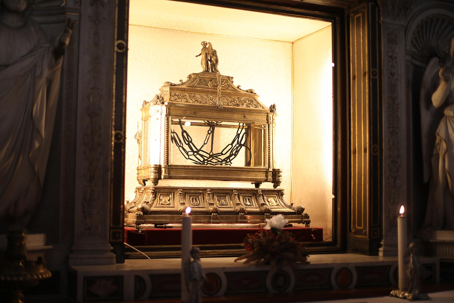 Pilgrimage_Rome_3130_Chains.jpg