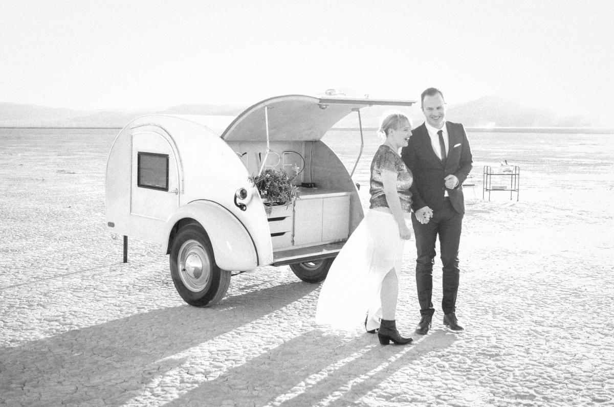 dry lake bed wedding flora pop wedding las vegas wedding
