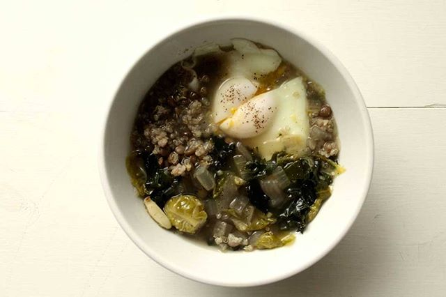 This bowl is so warming, grounding, and energizing for these cold dark evenings. You could up your game by making your own veggie or bone broth for extra immune boosting benefits. Or take the easy route with Rapunzel bouillon cubes. Quinoa provides a complete protein, lentils provide iron which is key for energy production, and green veggies offer antioxidant support for protecting our bodies from oxidative damage. #voedenlife #nourishedlife