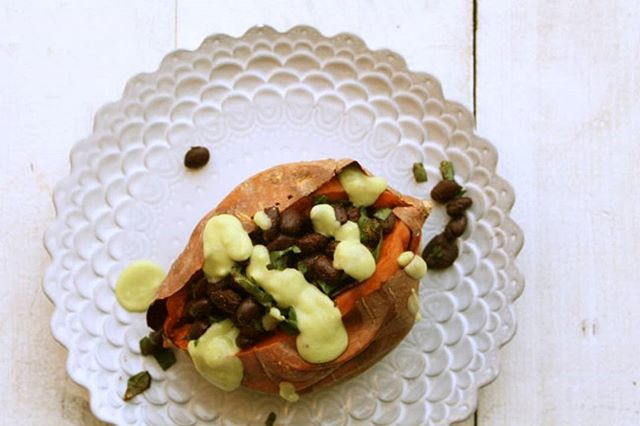 Sweeten up with this loaded Sweet Potato drizzled with Avocado Sauce. Sweet potatoes are a unique carbohydrate that doesn't cause a sugar crash. They also provide 140% of our daily vitamin A, which is a prize for our eyes. Login or subscribe to get the recipe (link in profile) #voedenlife #nourishedlife