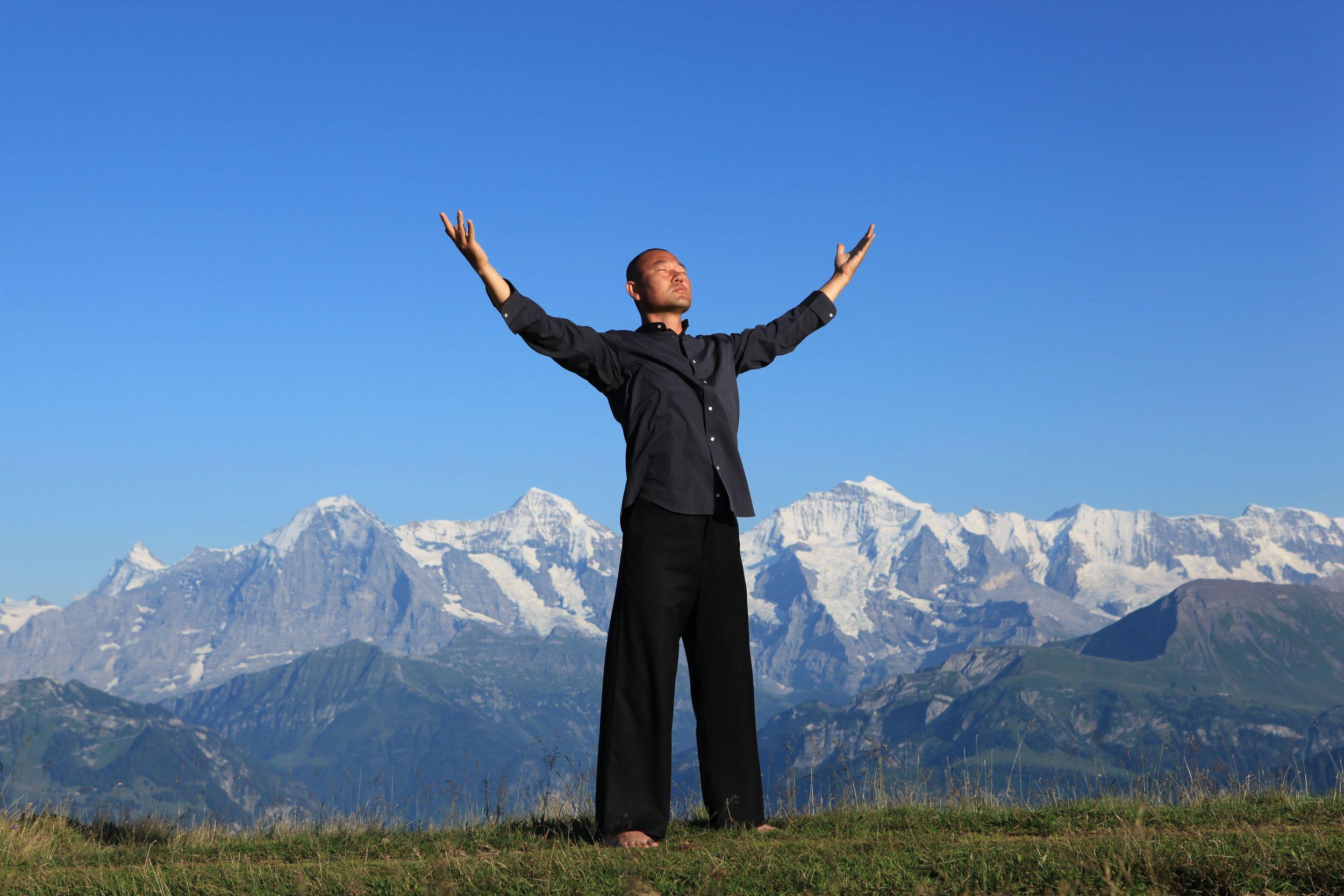 Die Himmelsenergie aufnehmen. Aufgenommen am Jungfraujoch in der Schweiz.