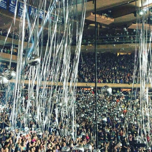 Yep, still reeling off the massive dance party that was New Year's Eve at MSG, courtesy of @phish. I'm usually half asleep by 12:07 but we rocked it out this year and it felt GREAT. We're getting older, the problems are real, but sometimes you gotta take a time out and RAGE. #prioritizetherage 🤘😝🤯 . . . . . #phish #phishchicks #yemsg #thisiswhatspacesmellslike #newyearseve #thingsyouseeatphish #phishatmsg #msg #phishmsg #phishnye #phishtour #sayittomesantos #mercury