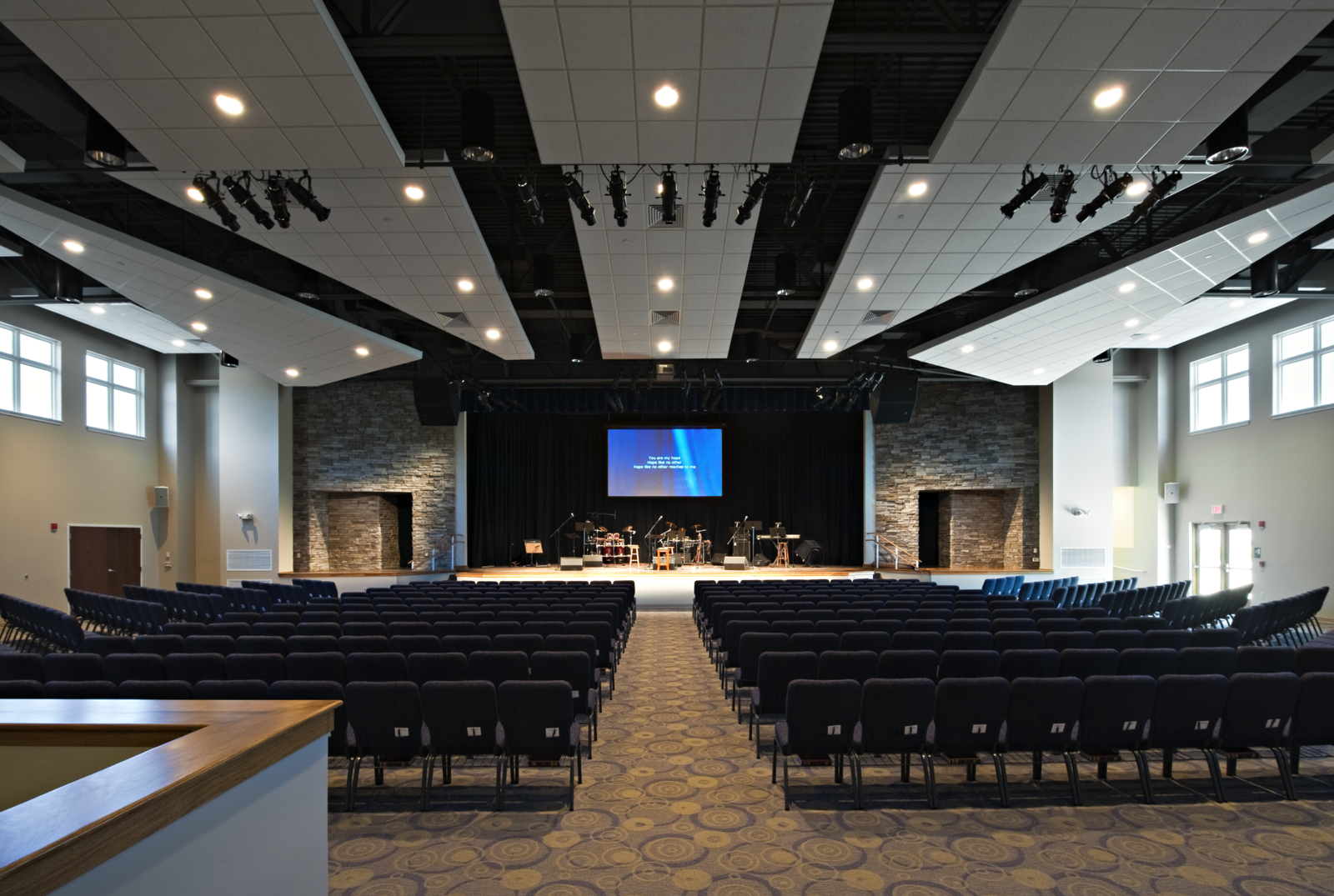 another expandable auditorium designed forWillowdale chapel inkennett square, pa initially seatedup to 500 on the floor. the internal / amphitheater expansion increased capacity to 800 while preserving an intimate feeling for the congregation.