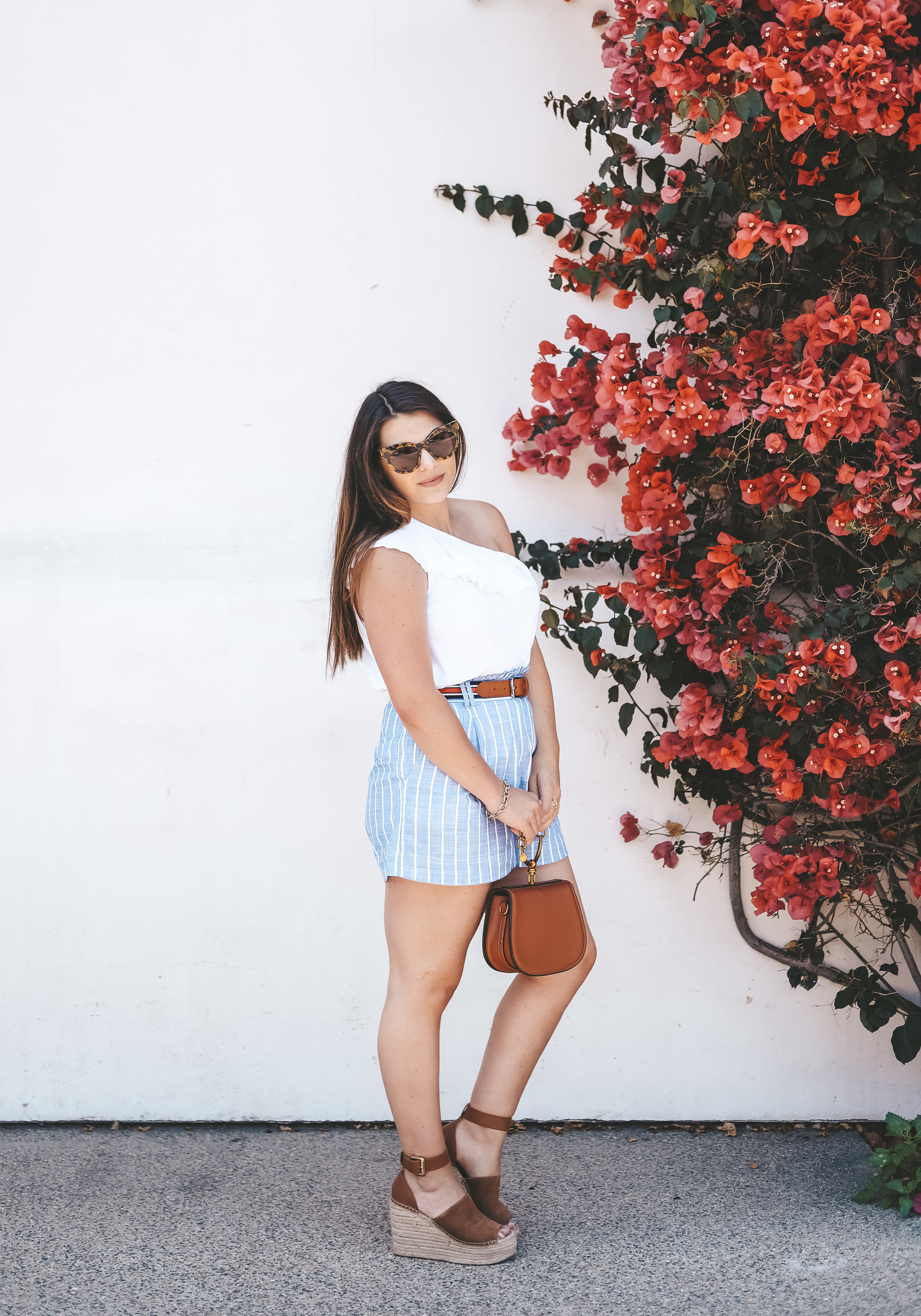 Fourth of July outfit ideas. Postpartum summer outfit. Flattering shorts for postpartum body.
