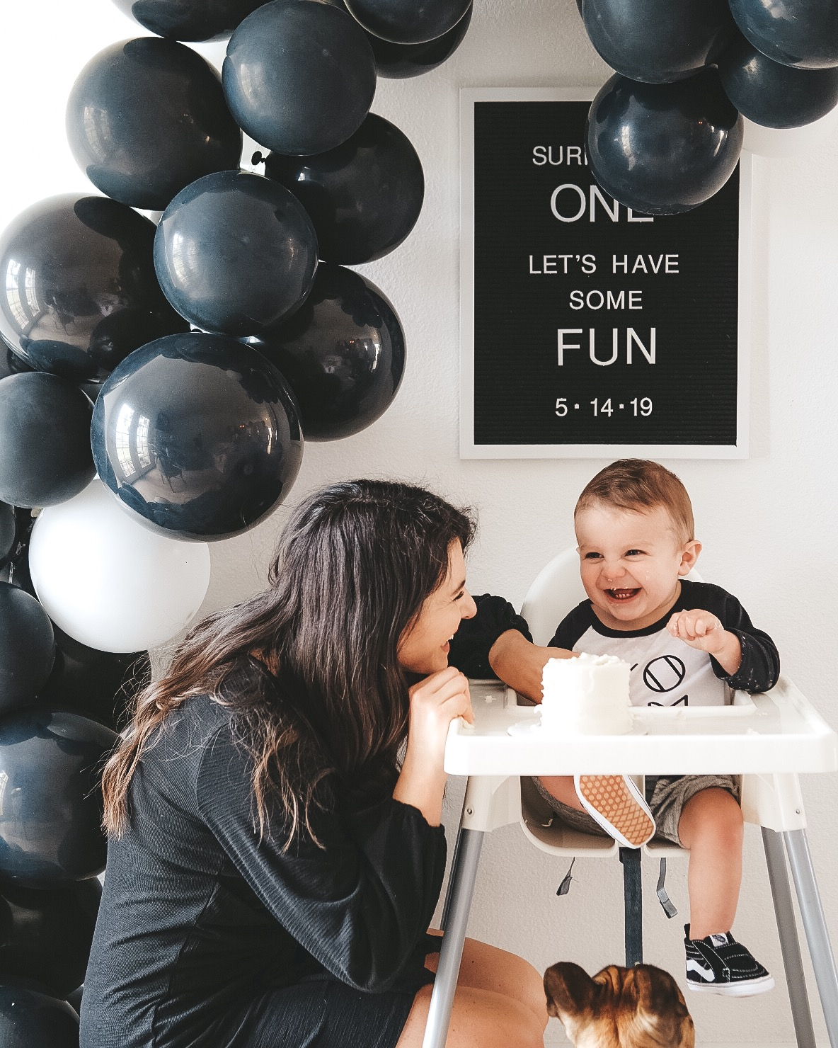 DIY BALLOON ARCH TUTORIAL TIPS TRICKS. How to make a balloon arch at home.  Inexpensive balloon arch party decor. Black and white party decor.  Black and white first birthday party.