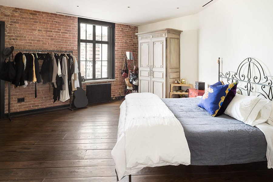 item3.rendition.slideshowHorizontal.kirsten-dunst-soho-apartment-04-bedroom