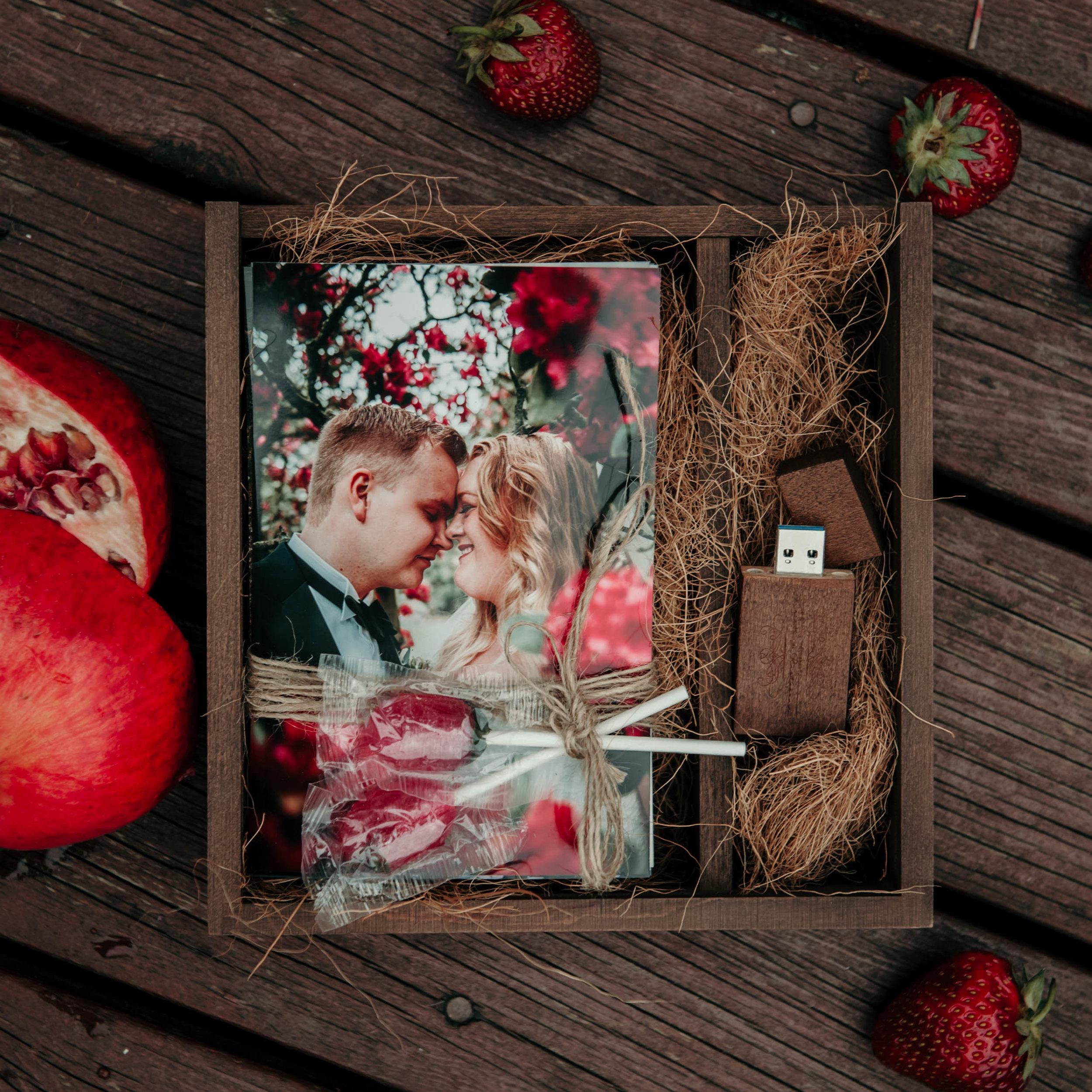 Her er minneboksen som Kristina og Hans-Marius fikk til sitt bryllup. Med USB, 10x15 utskrifter, og litt ekstra.
