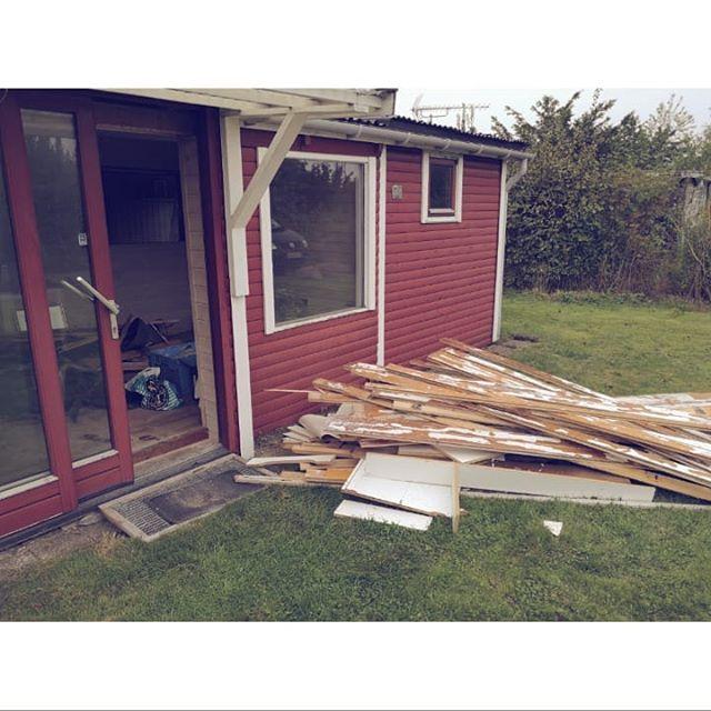 Jeg renoverer og bygger også på min egen lille hytte for tiden. #2wallsdown#1gulv hevetup#køkkenetrevetud#mentilgengældfulgtederenelevationssengmed#awesome