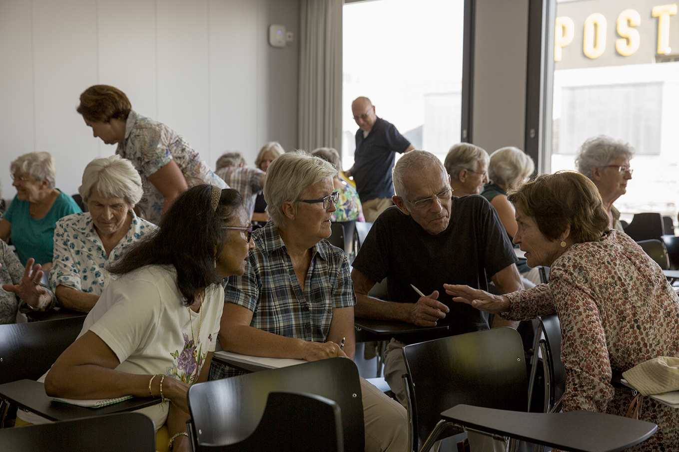 An den Netzwerkveranstaltungen tauschen sich die Teilnehmenden persönlich aus (Fotos: Joëlle Kost)