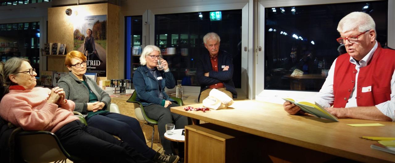 Peter Zollinger liest an der Abschlussveranstaltung der Schreibrunde. (Foto: zvg.)