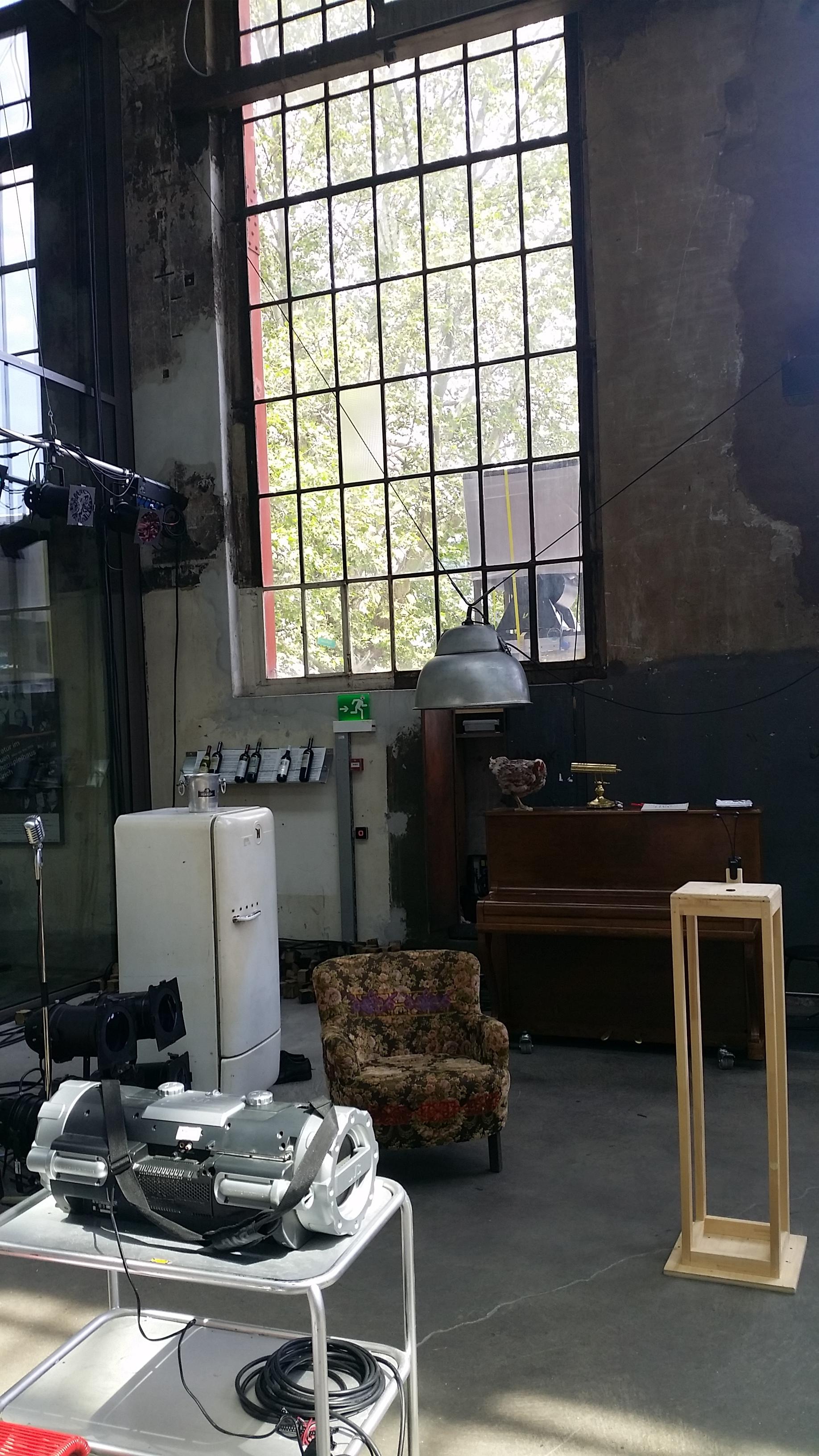 Première und Dernière: Das Bühnenbild im Foyer wird in ein paar Wochen wieder abgebaut.