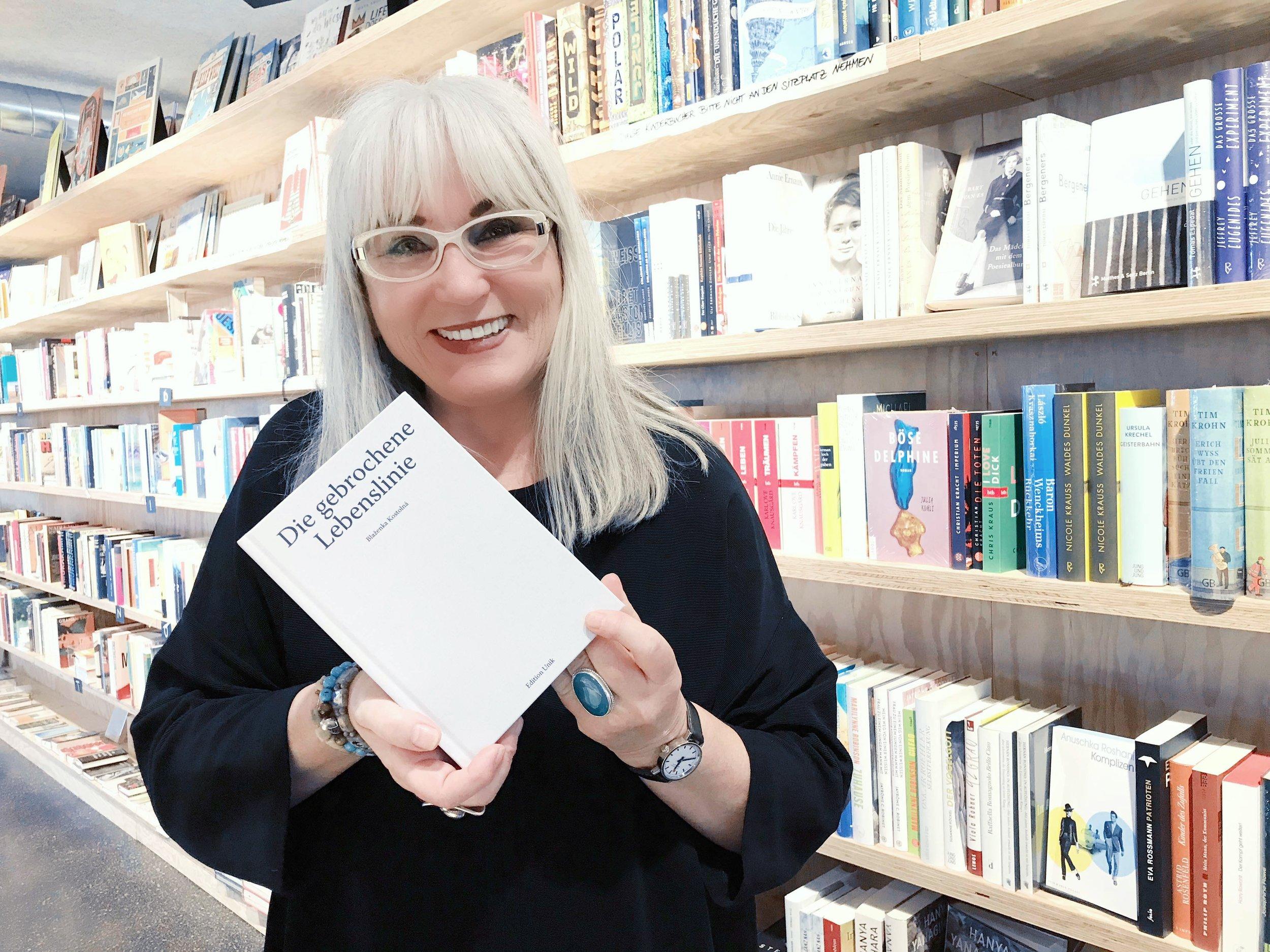 Die Autorin an der Abschlussveranstaltung mit ihrem ganz persönlichen Buch. (Foto: zvg.)