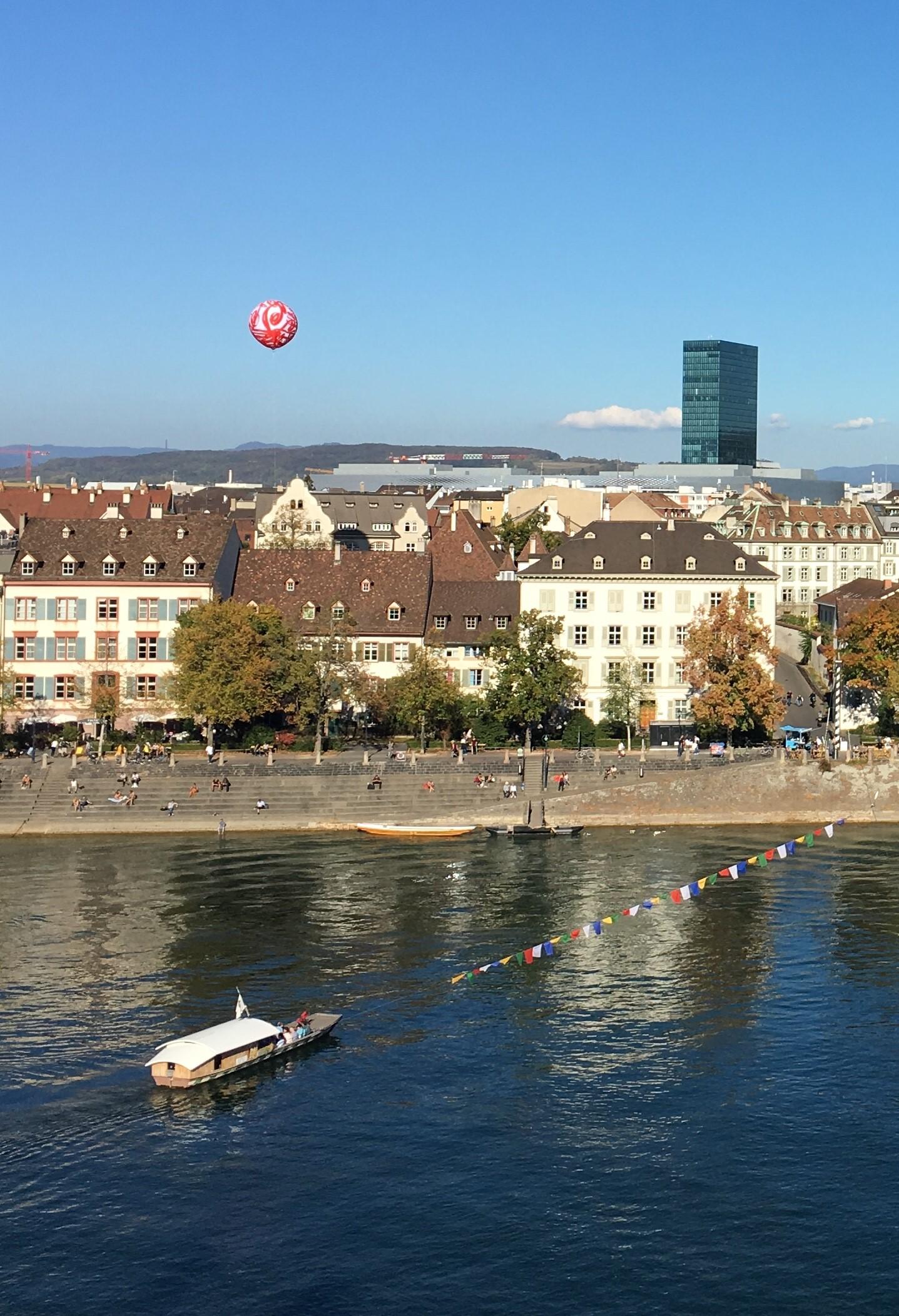 Blick von der «Pfalz», der Aussichtsterrasse hinterm Münster, aufs Kleinbasler Ufer (Foto: zvg.)