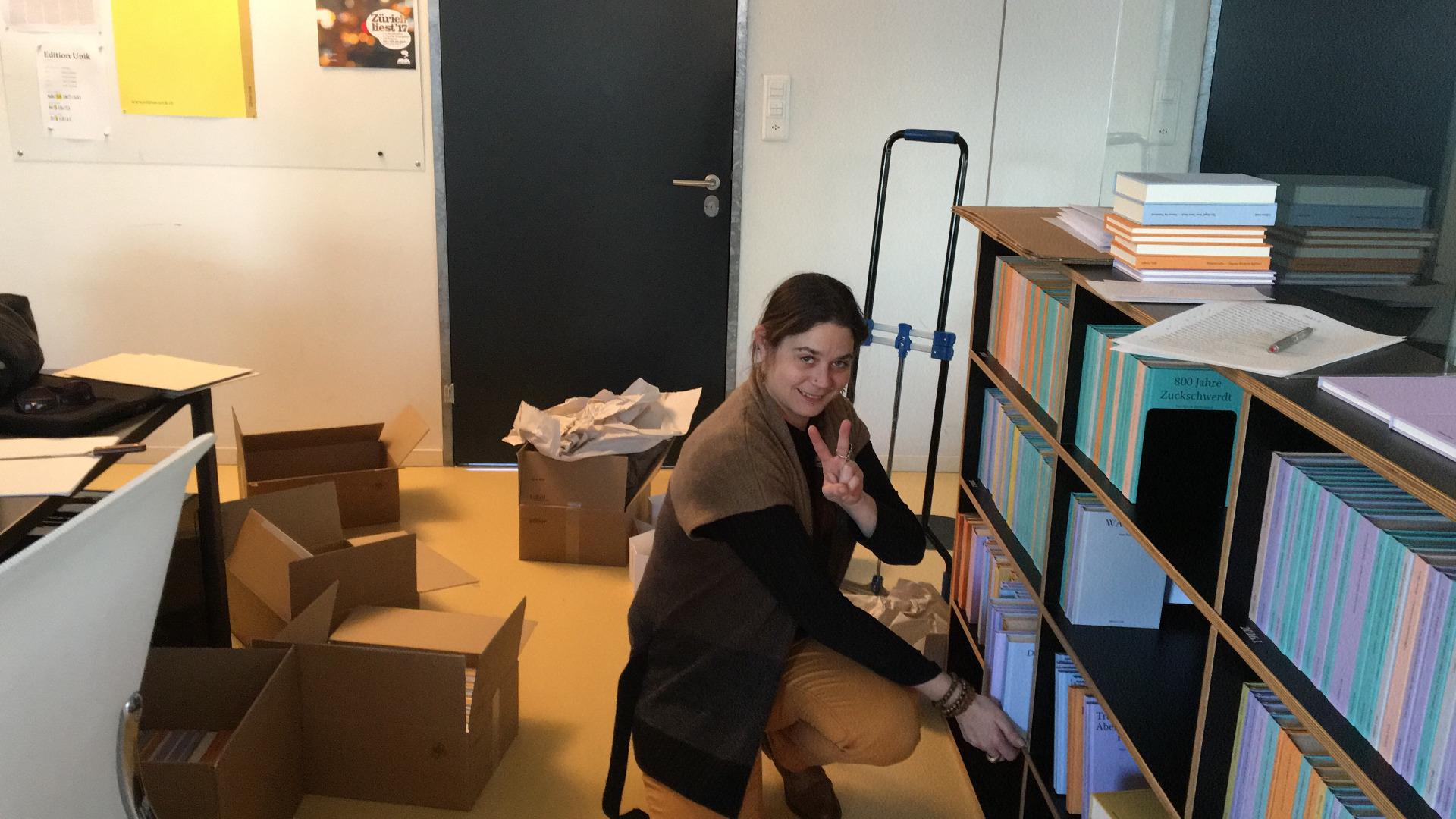 Buchlieferung ins Büro: Fast der schönste Moment in einer Projektrunde. (Foto: Edition Unik)