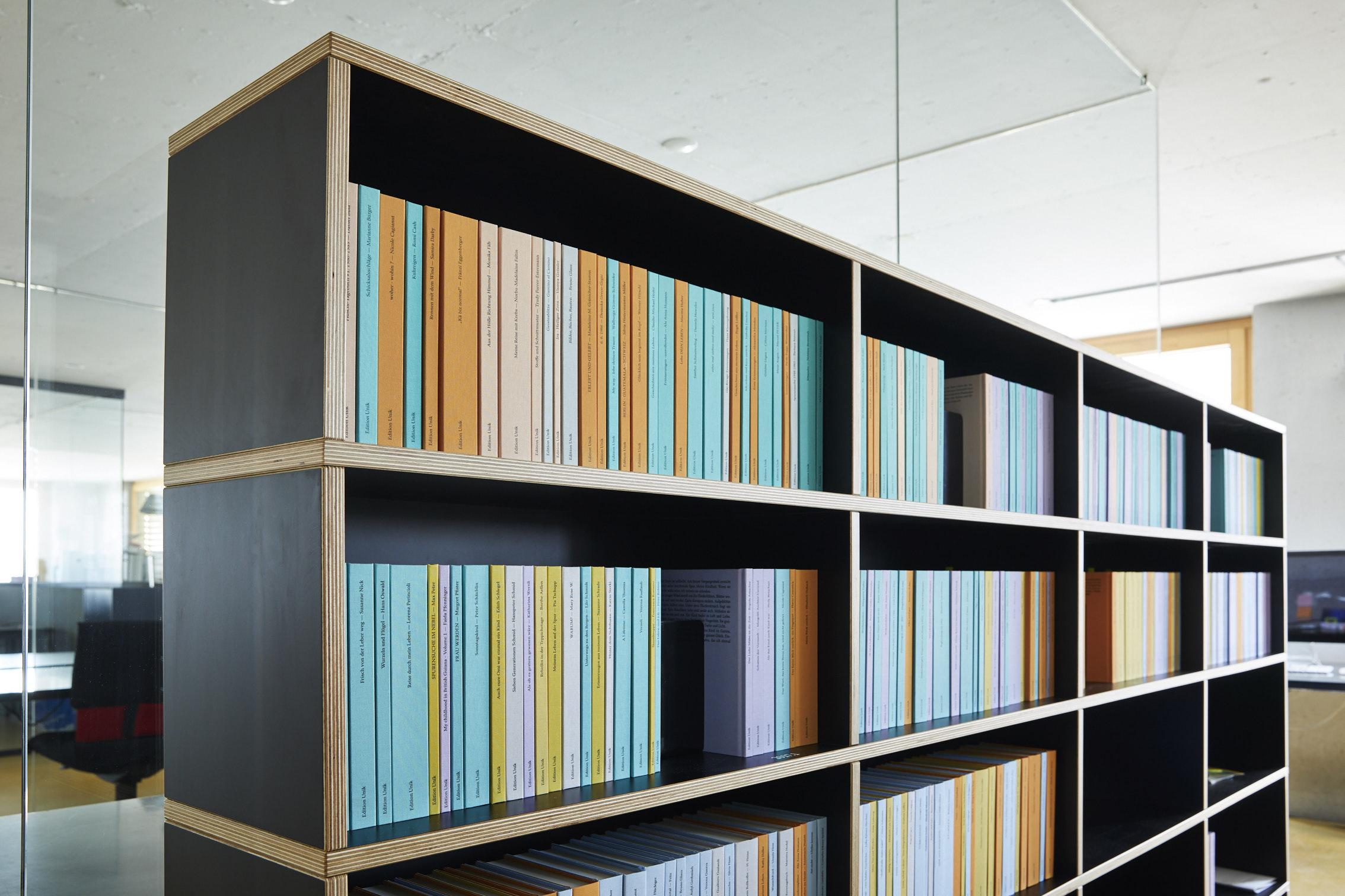 Die «Bibliothek der Erinnerungen» im Büro von Heller Enterprises. (Foto: Markus Bertschi)