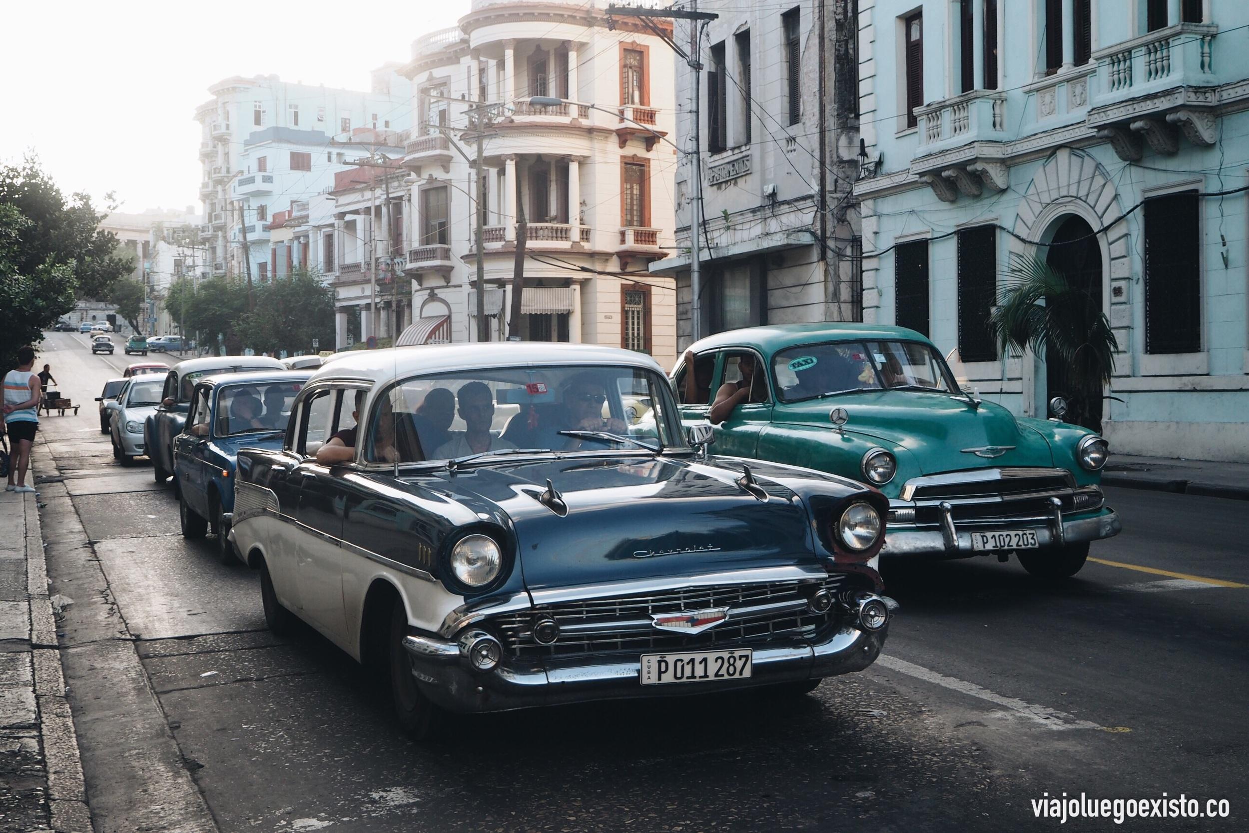 En Cuba llaman Almendrones a los coches antiguos. Están por todas partes.