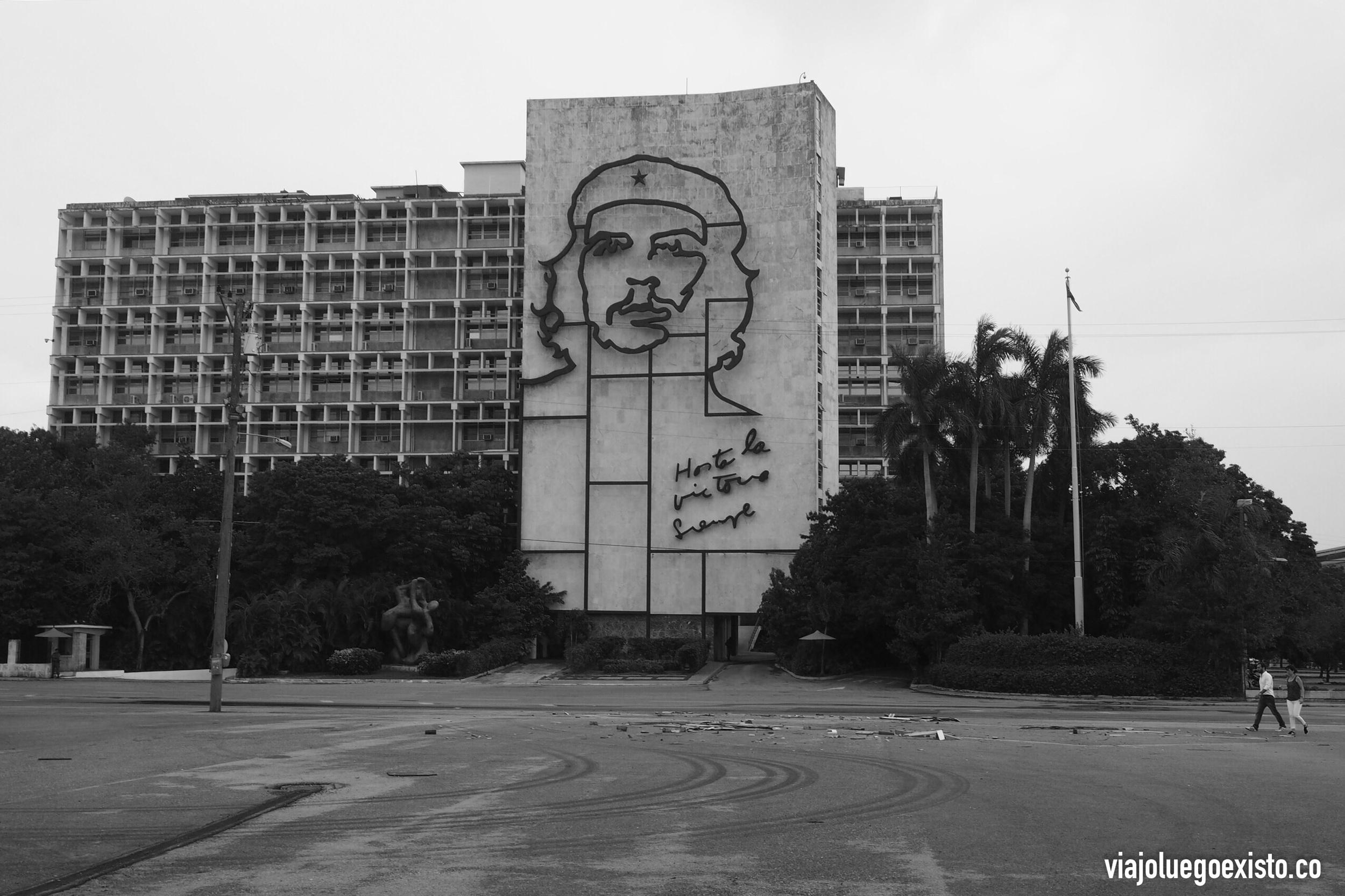 Plaza de la Revolución con la mítica frase del Che.