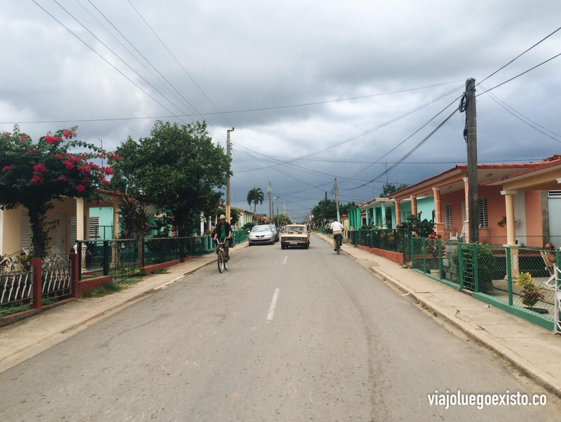 Calle paralela a la principal, llena de casas con mucho encanto.