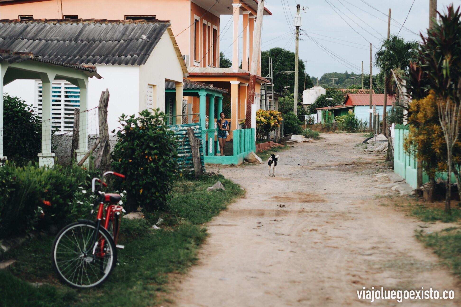 Esta es la calle sin asfaltar donde estaba casa de Alba, una zona muy tranquila de Viñales.