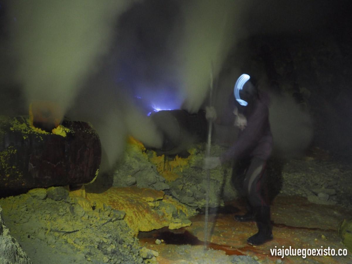 Minero trabajando el azufre