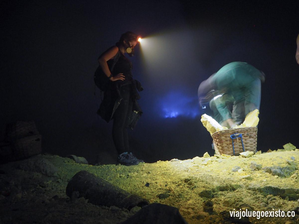 Tam mirando a minero como prepara su cesta de azufre