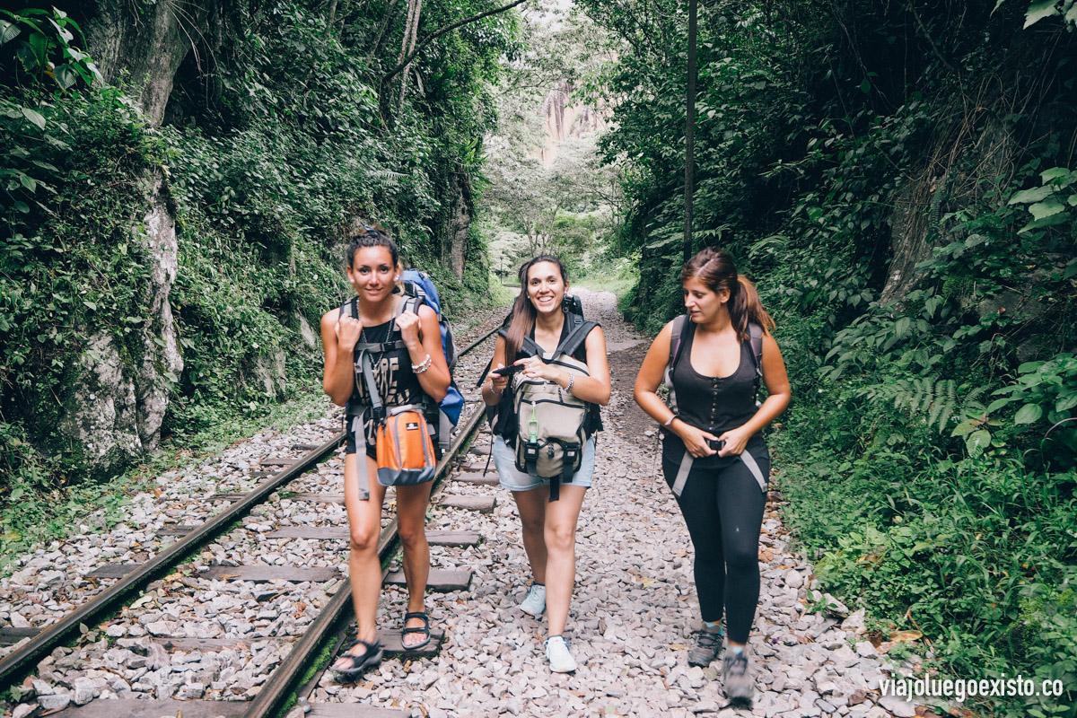 Luci, Juli y Tam caminando por las vías